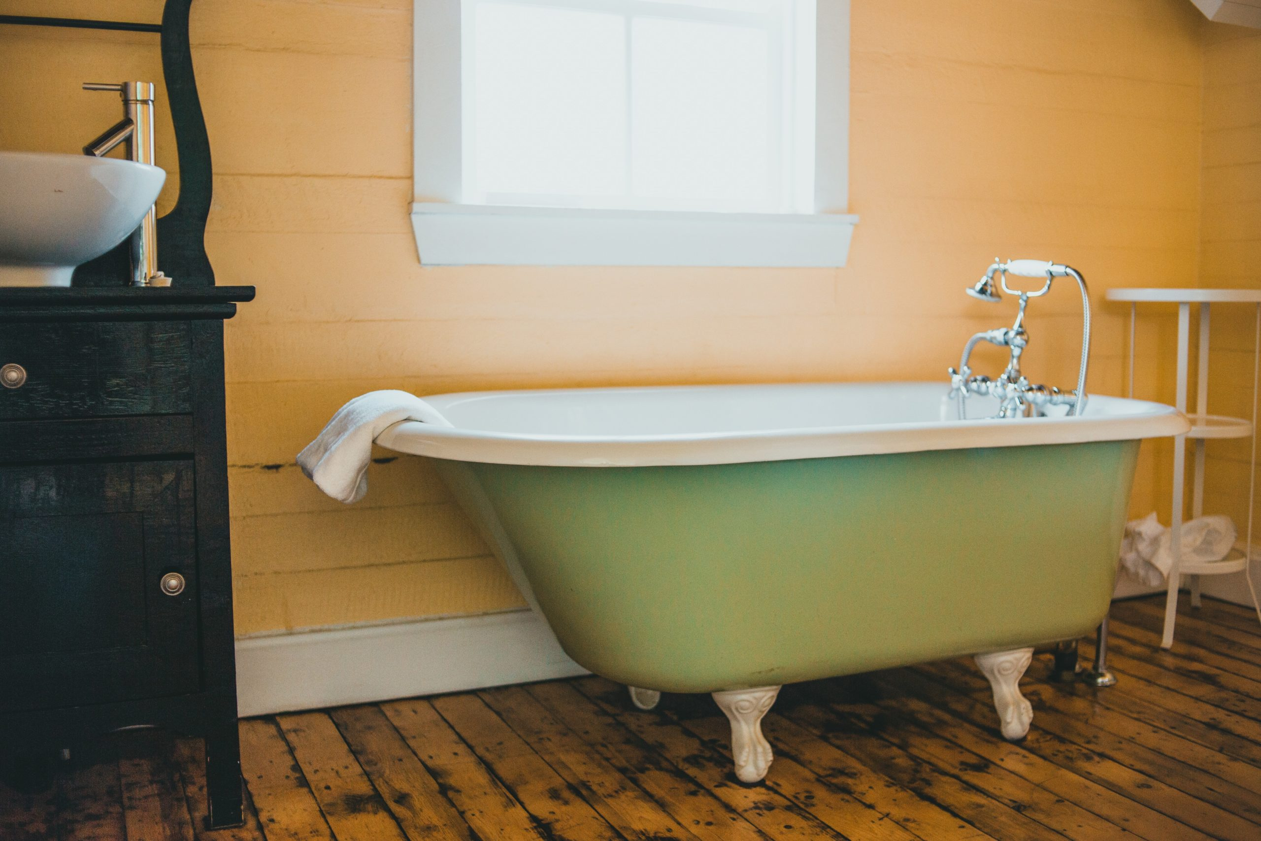 How to Remove Rust Stains From Fiberglass Tub