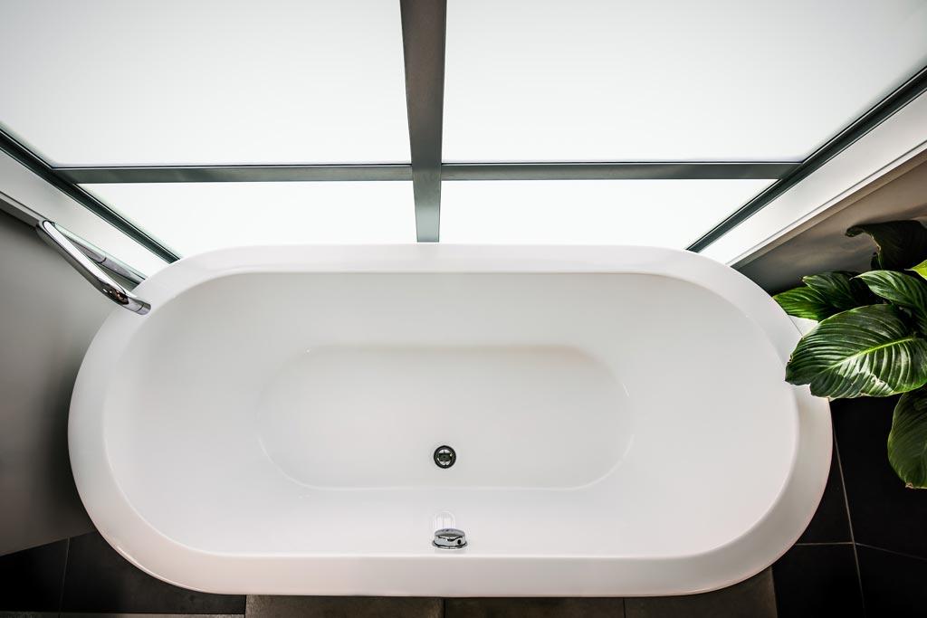 What Causes a Fiberglass Tub to Crack?